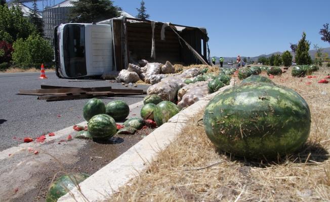 Malatya yolunda kamyon devrildi, patates ve karpuzlar yola saçıldı!