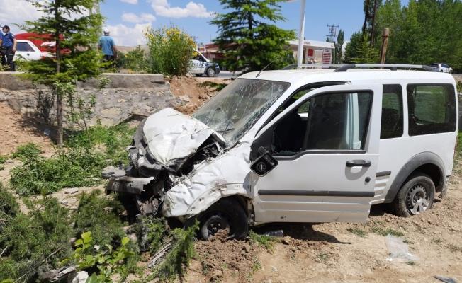 Bahçeye düşen aracın sürücüsü yaralandı