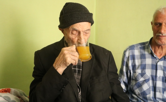 Covid-19'a yakalanmayan 110 yaşındaki Mahmut dede, günde 2 litre kola içiyor
