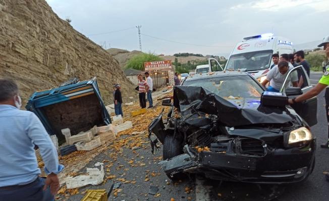 Darende'de otomobil çapa motoruna çarptı: 2 ağır yaralı!
