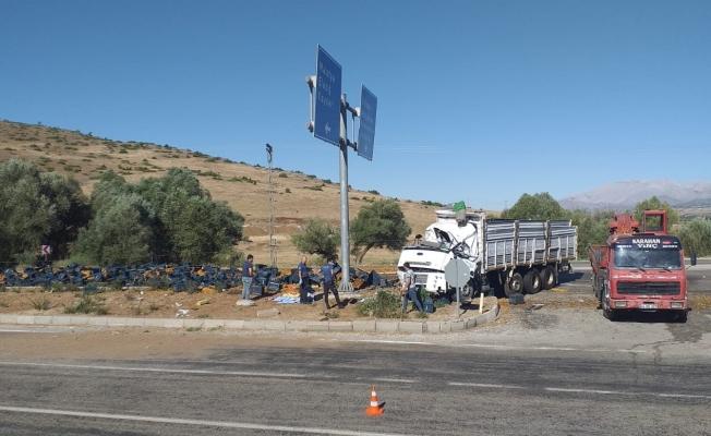 Doğanşehir'de kayısı yüklü kamyon devrildi: 1 ölü