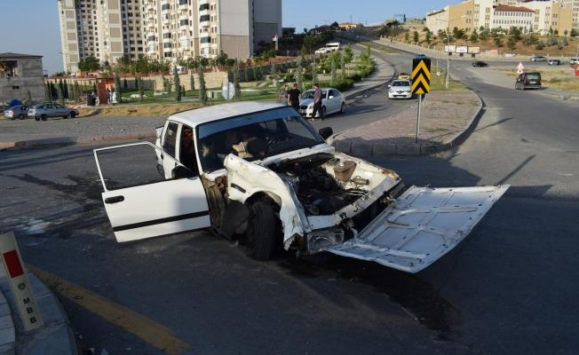 İki araç kavşak içerisinde çarpıştı: 3 yaralı!