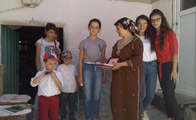 Kendisi okuyamadığı için kitapları topluyor çocuklara ulaştırıyor