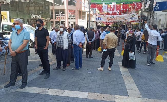Malatya'da çarşı pazar yoğunluğu! Bankaların önünde metrelerce kuyruk!
