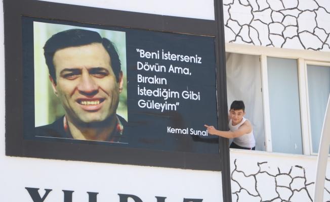 Usta oyuncuyu hatırlamak için binanın duvarına fotoğrafını astırdılar