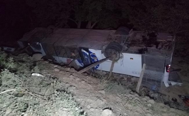 Yolcu otobüsü devrildi, göçmenler kaza yerinden kaçtı