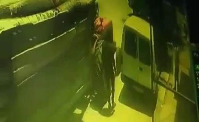 Yolda yürürken iki aracın arasına sıkıştı, ölümden döndü!