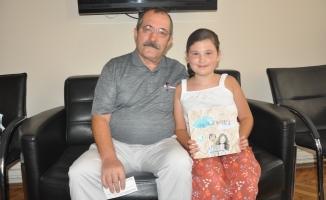 8 yaşında kitap yazdı, kitabını okuldaki imza gününde tanıttı